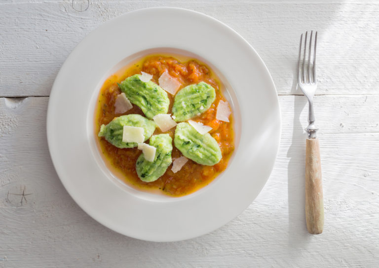 Gnocchi mit Bärlauch in Tomatensauce und Parmesan